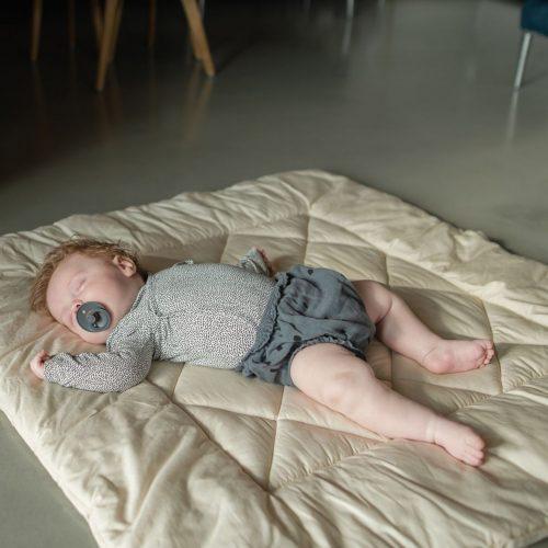 bild mit baby auf krabbeldecke von anne katharina